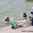 Indù che si lavano nel Gange a Varanasi, Uttar Pradesh, India