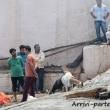 Indù che si preparano per una cremazione sulla riva del Gange a Varanasi, Uttar Pradesh, India