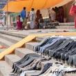 Pantaloni messi ad asciugare a Varanasi, Uttar Pradesh, India