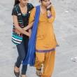 Ragazze a passeggio a Varanasi, Uttar Pradesh, India
