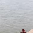 Ragazzo Indù sulla riva del Gange a Varanasi, Uttar Pradesh, India