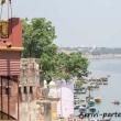 Turisti che si riposano sulla riva del Gange a Varanasi, Uttar Pradesh, India