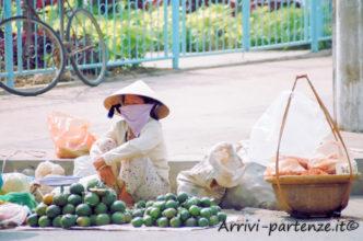 Ambulante con tipico copricapo ad Hanoi, Vietnam
