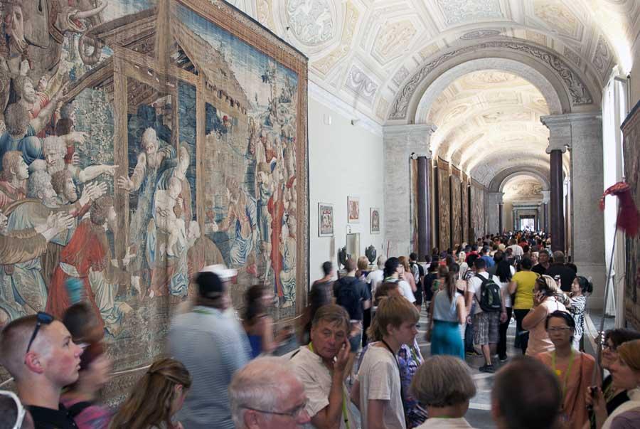 Visitatori nella galleria delle carte geografiche ai Musei Vaticani