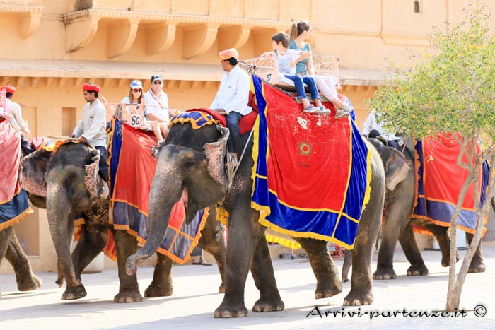 Come spostarsi in Rajasthan turisti sugli elefanti presso l'Amber Fort a Jaipur in Rajasthan, India