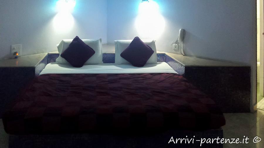 Agra, cosa vedere e dove dormire: camera matrimoniale del Ray of Maya