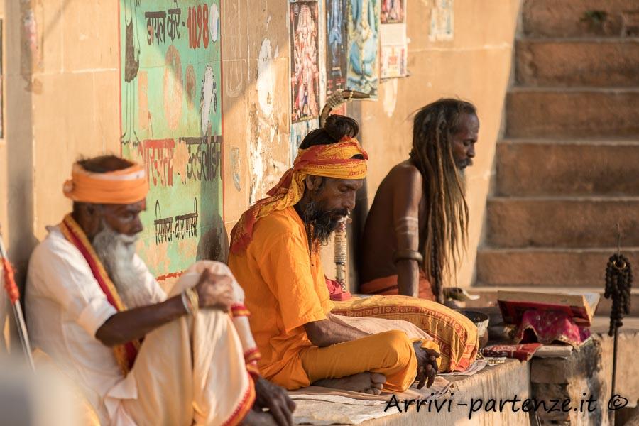 Sadhu sulla riva del Gange a Varanasi, Uttar Pradesh, India