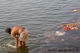 Indù nel Gange a Varanasi, Uttar Pradesh, India
