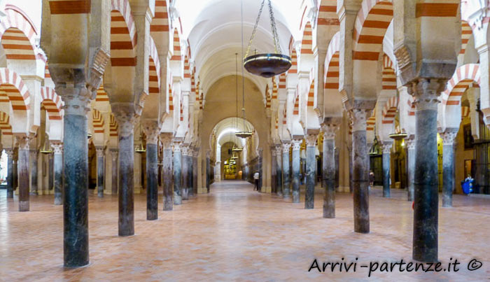 Interno della Grande Moschea di Cordova in Andalusia, Spagna