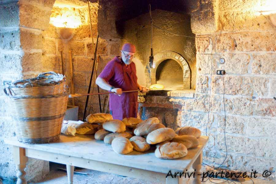 Cottura del pane alla Masseria Le Stanzie di Supersano, Puglia