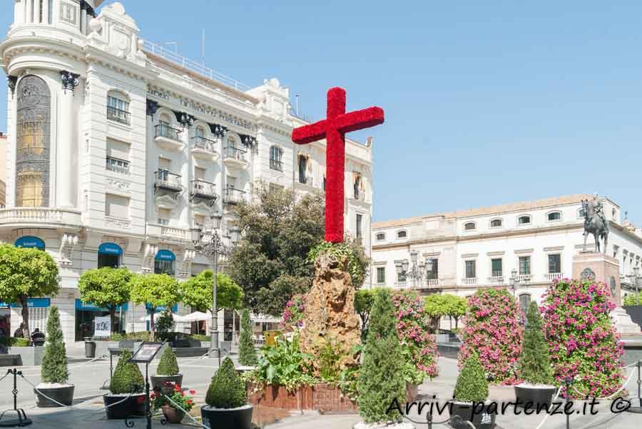 Croce di fiori presente alla Festa popolare delle Croci in Plaza de las Tendillas a Cordova, Spagna