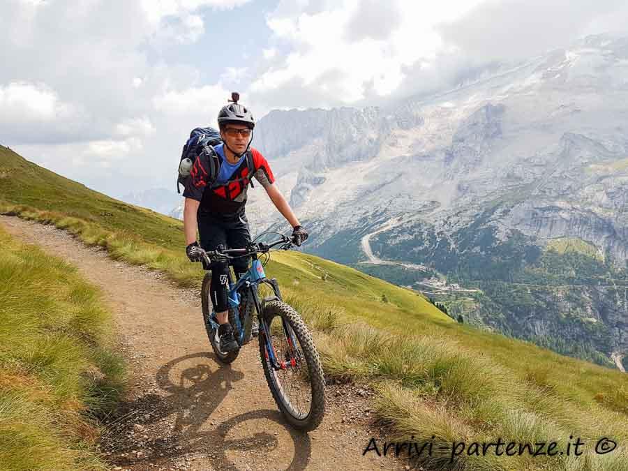 Appassionato di mountain bike con sullo sfondo la Marmolada
