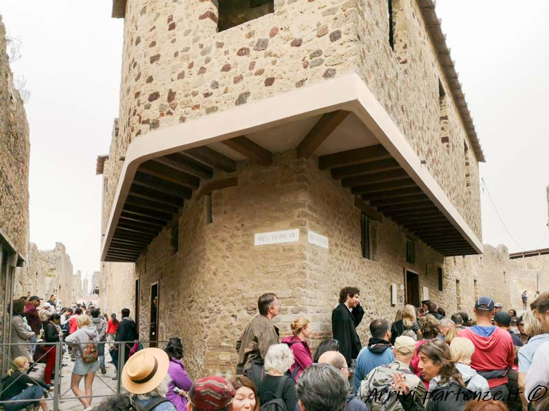 Turisti presso l'edificio del Lupanare, Pompei