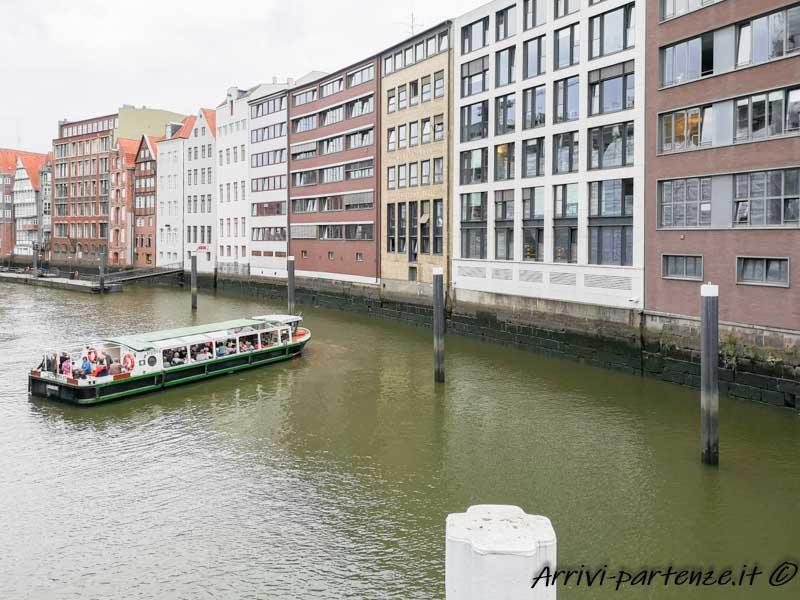 Edifici su un canale ad Amburgo, Germania
