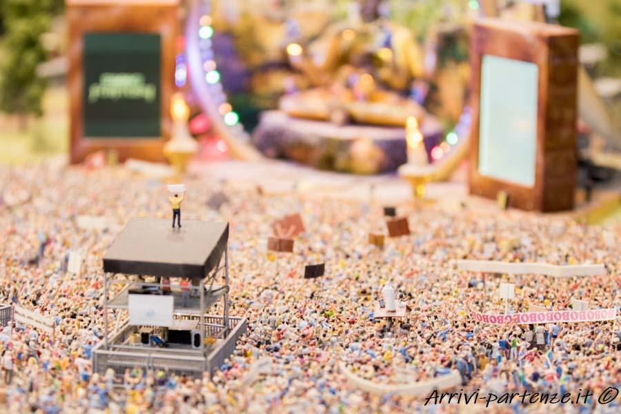 Folla di persone al concerto presso il Miniatur Wunderland di Amburgo, Germania