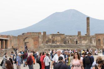Turisti in visita nel Foro di Pompei