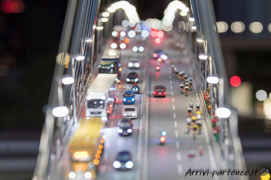 Traffico sul ponte alla sera al Miniatur Wunderland di Amburgo, Germania