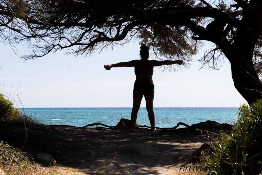 Persona di spalle presso l'oasi di Biderosa, Sardegna